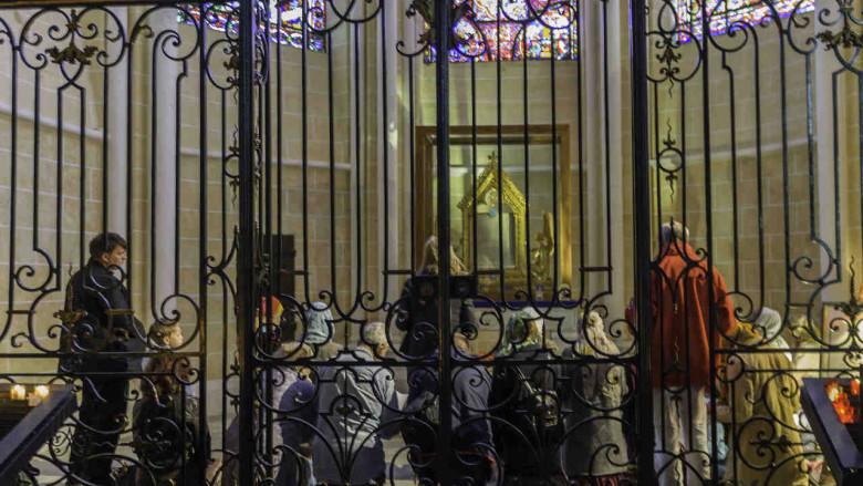 Pilgrims praying near the veil